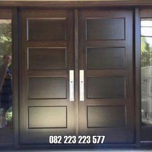 Pintu Motif Kotak Ada Jendela Kaca Kanan Kiri